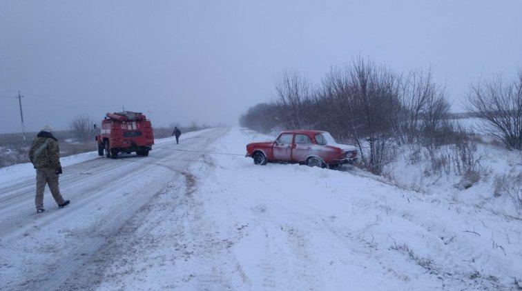 Спасатели помогают вытаскивать машины из сугробов. Фото пресс-службы ГУ ГСЧС в Полтавской области