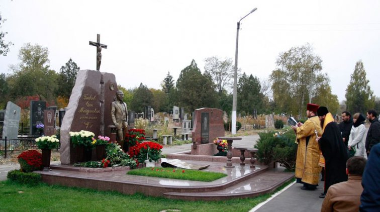 На Новореевском кладбище прошла панихида по народному мэру Олегу Бабаеву